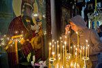 Прихожанка в церкви у иконы Божьей матери