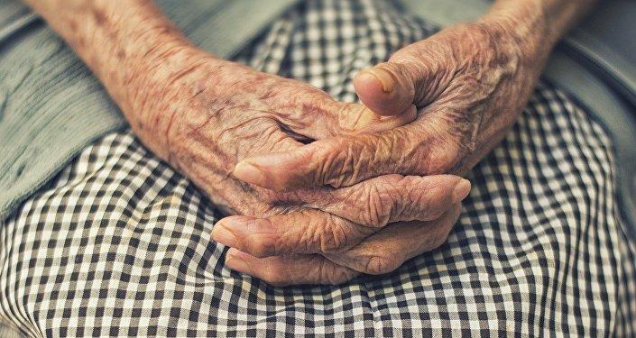 Ученые разрешили неуступать место бабушкам