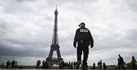 Полицейский у Эйфелевой башни, архивное фото