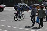 Велосипедист на пешеходном переходе, архивное фото