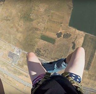 Парашютист остался без штанов во время прыжка, видео