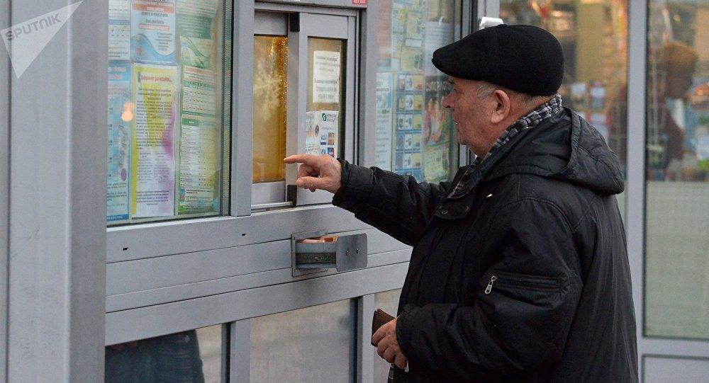Минчанин покупает талон на проезд в общественном транспорте