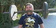 Силач из Кыргызстана заколачивает гвозди лбом и поднимает гантелю зубами