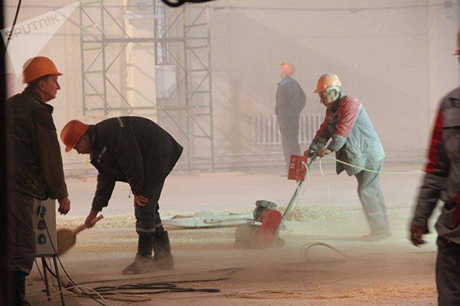 Пока на этой сцене трудятся рабочие, но уже скоро сюда придут актеры