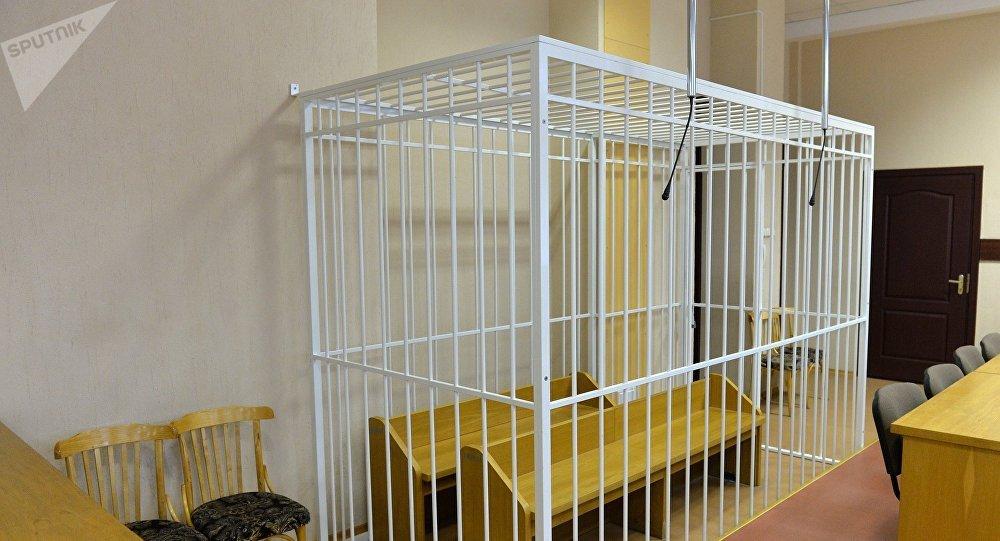Клетка для обвиняемых в зале суда, архивное фото