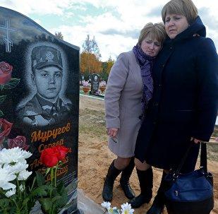 Мать и тетя погибшего солдата в Печах