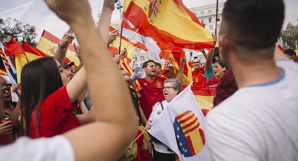 Мэр Барселоны призвала выйти наулицы несогласных срешением испанских властей