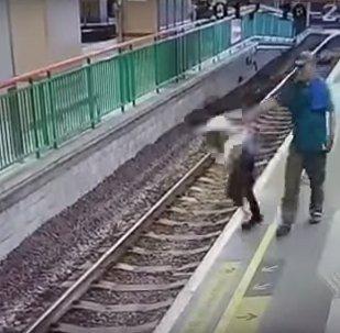 Прохожий столкнул женщину на железнодорожные пути в Гонконге