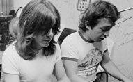 Братья Янг на репетиции AC/DC: Джордж Янг крайний справа