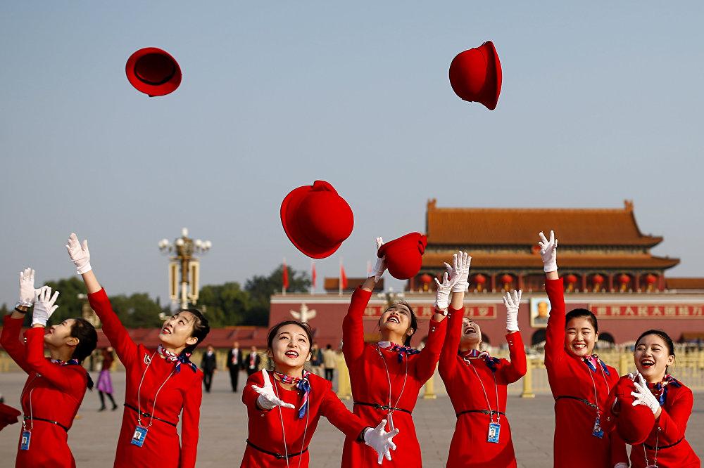 Девушки, встречающие делегатов у Дома народных собраний в Пекине
