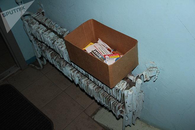 Коробки для мусорной рекламы спасают положение - многие жильцы отправляют ее из почтовых ящиков приямком сюда