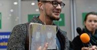 Гражданин Литвы демонстрирует страницу в паспорте без визы
