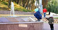 Дети у фонтана, архивное фото