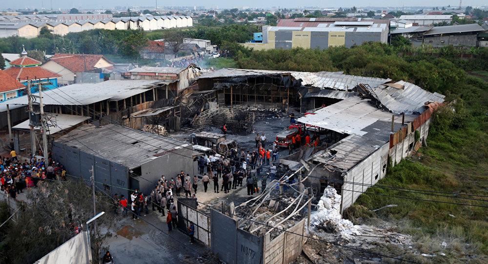 Последствия пожара на заводе фейерверков в Индонезии