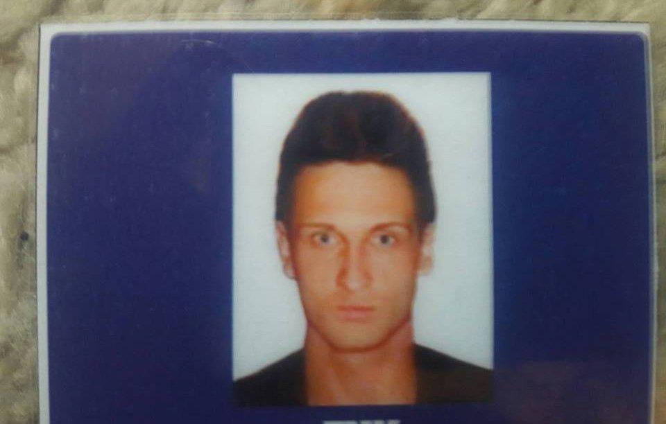 Этот снимок был вклеен в паспорт и в другие документы, которыми пользуется парень.