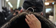 Покупатель во время примерки шубы