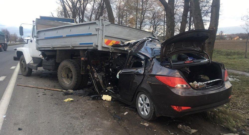 Хюндай влетел под грузовой автомобиль вМинском районе— погибли 2 человека