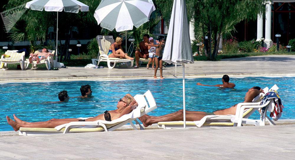 Турысты ля басейна ў Турцыі