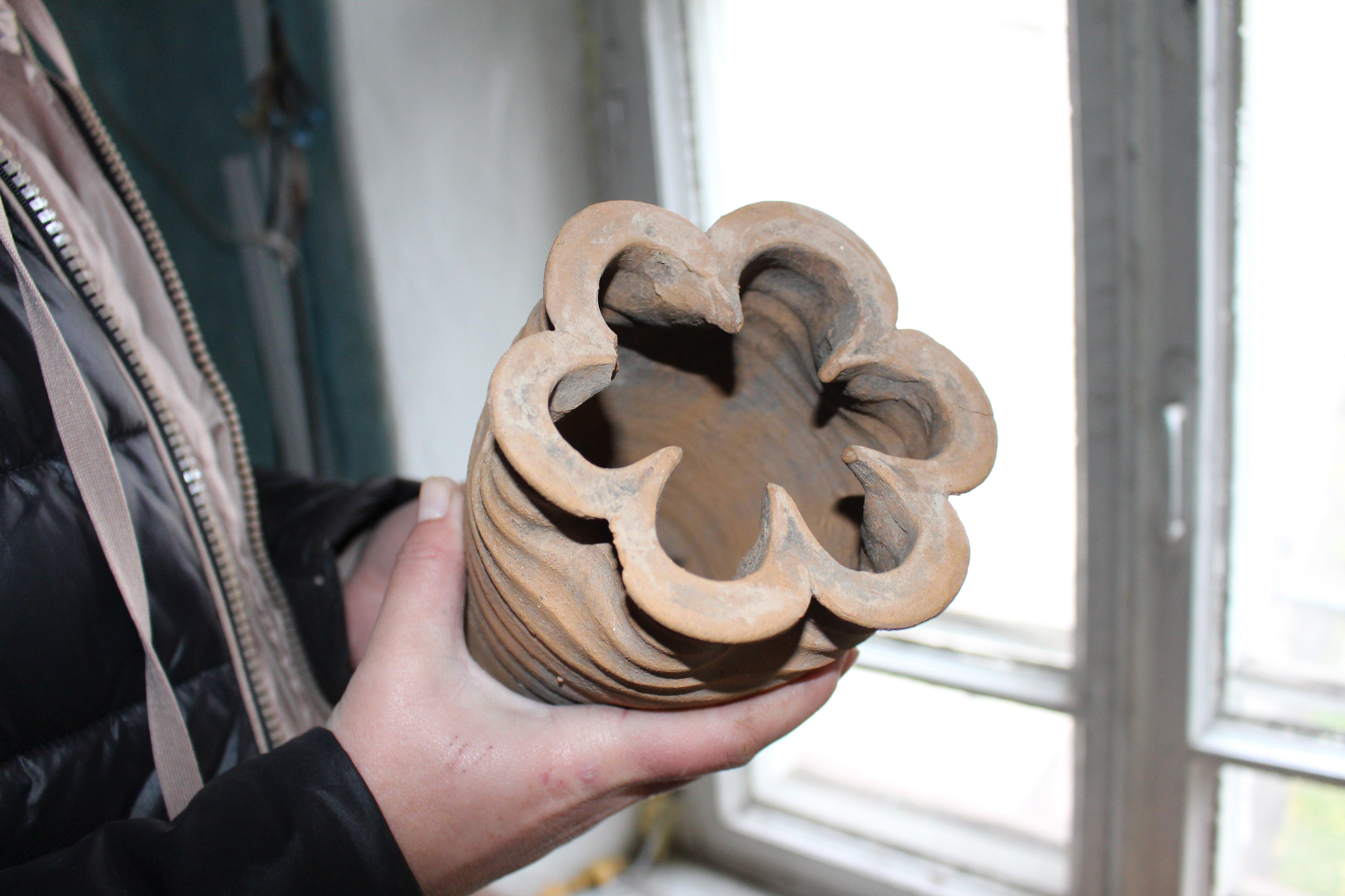 Кафля с горлышком в форме цветка с шестью лепестками – одна из самых редких находок