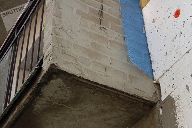 Трещину на несущей плите балкона замазали штукатуркой