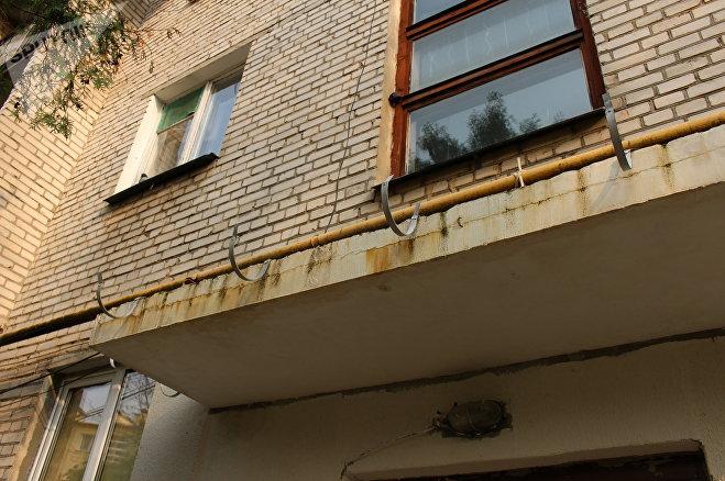 Пока ЖКХ искало новых строителей, отремонтированные наполовину козырьки успели позеленеть