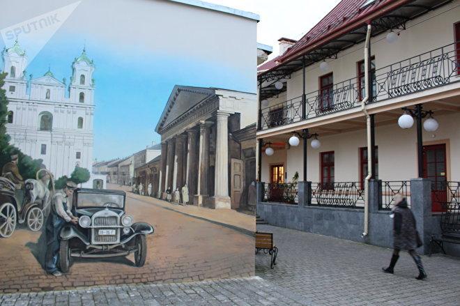 На правой стене – Фарный костел и здание городской ратуши, которую снесли после Второй мировой