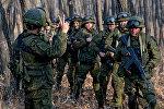 Десантники разведывательной группы проводят засадные действия по уничтожению условных террористов