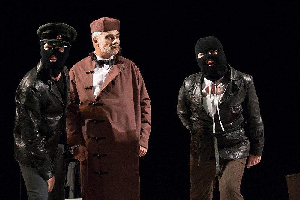 Але ў п'есе Булгакава хапае іншых літаратурных, а ў спектаклі Проніна і кінематаграфічных вобразаў.