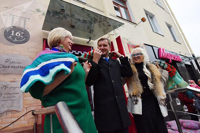 Вместо разрезания красной ленточки Лилия Калюжная (справа) предложила официальным гостям развязать шарф дружбы