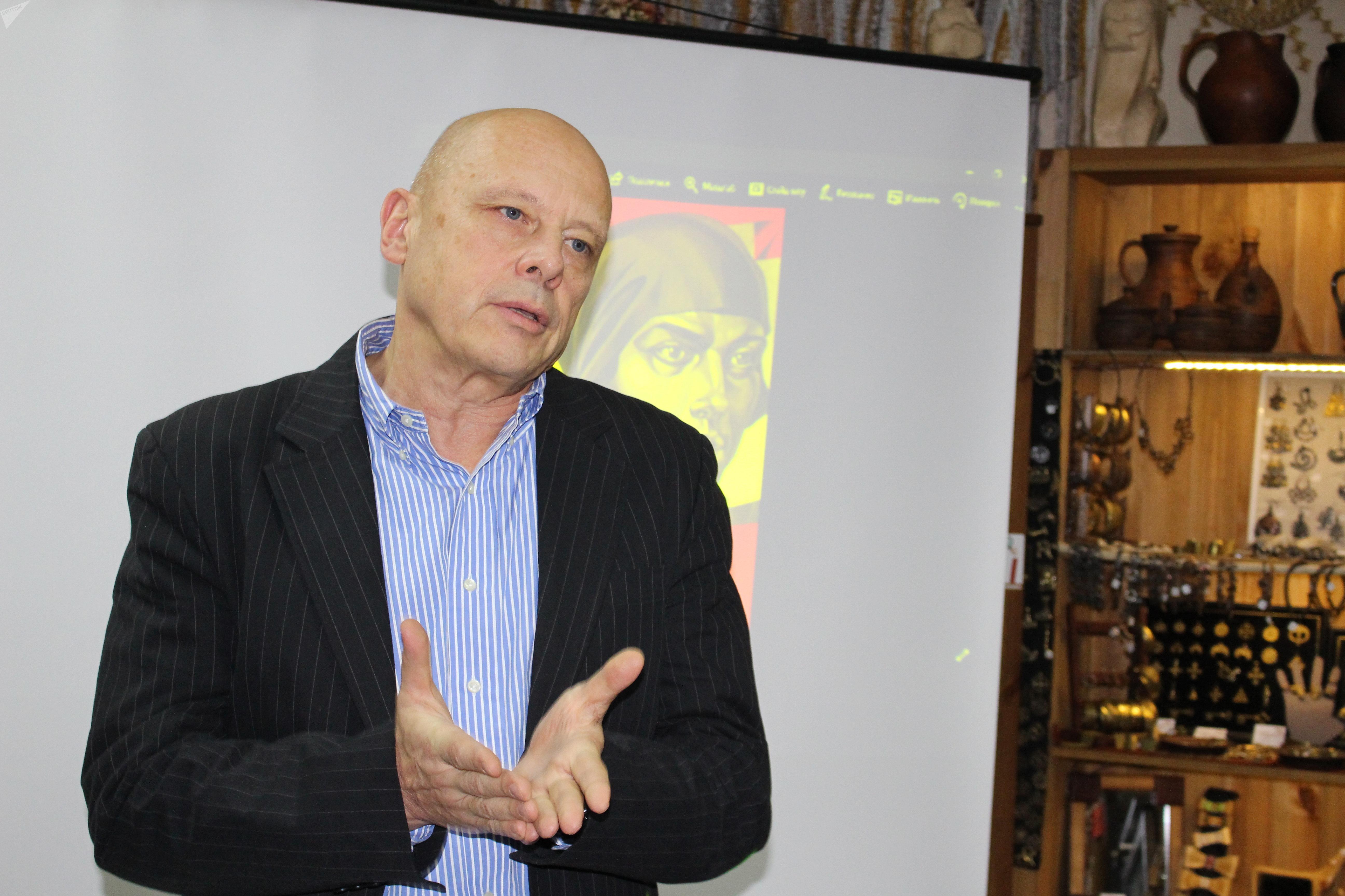 Профессор БГУ Александр Гужаловский на презентации книги
