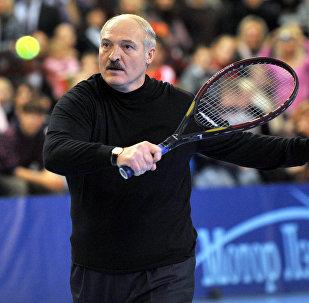 Президент Беларуси Александр Лукашенко играет в теннис