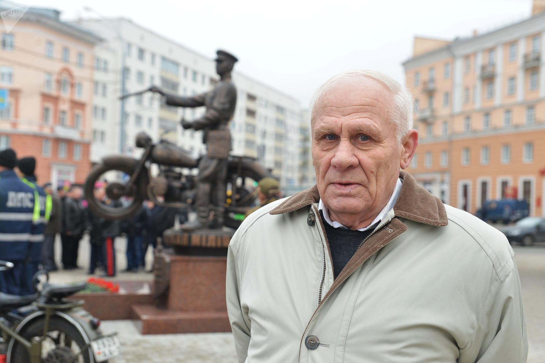 Скульптор Валерий Кондратенко у своей работы