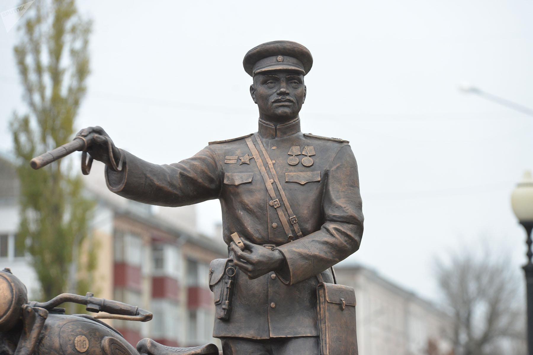 Установленная в Гомеле скульптура - это собирательный образ милиционера 1950-х