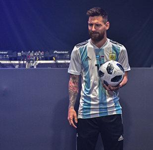 Месси представил официальный мяч ЧМ-2018