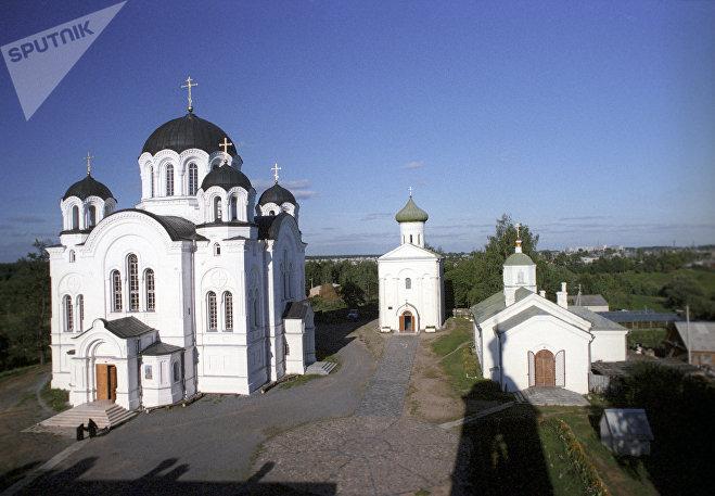 Спасо-Евфросиньевский монастырь в Полоцке. На заднем плане - Спасская церковь XII века, в которой молилась сама Евфросинья Полоцкая.