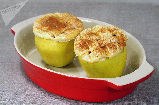Яблоки с шапочкой из слоеного теста