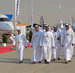 Посетители на Международной авиационно-космической выставке Dubai Airshow 2017