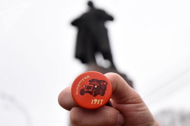 К Ленину комсомольский активист относится уже не так, как раньше