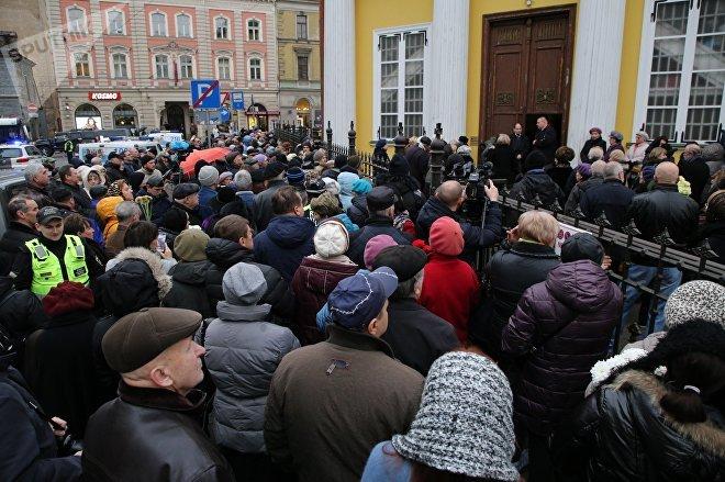 Люди у храма Александра Невского в Риге, пришедшие проститься с сатириком Михаилом Задорновым