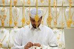 Мужчина выбирает ювелирные украшения в Саудовской Аравии, архивное фото