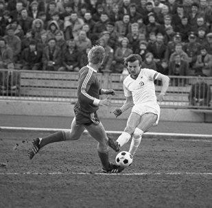 Игрок футбольной команды Динамо Юрий Курненин (справа)
