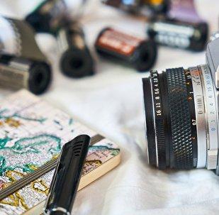 Фотоаппарат, блокнот и ручка журналиста