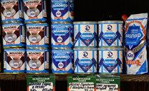 Банки со сгущеным молоком на витрине магазина в Москве