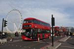 Двухэтажный автобус пересекает Вестминстерский мост в центре Лондона, архивное фото