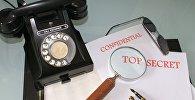 Телефон и бумаги совершенно секретно, принадлежащие шпиону, архивное фото