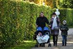 Маладая сям'я гуляе ў парку, архіўнае фота