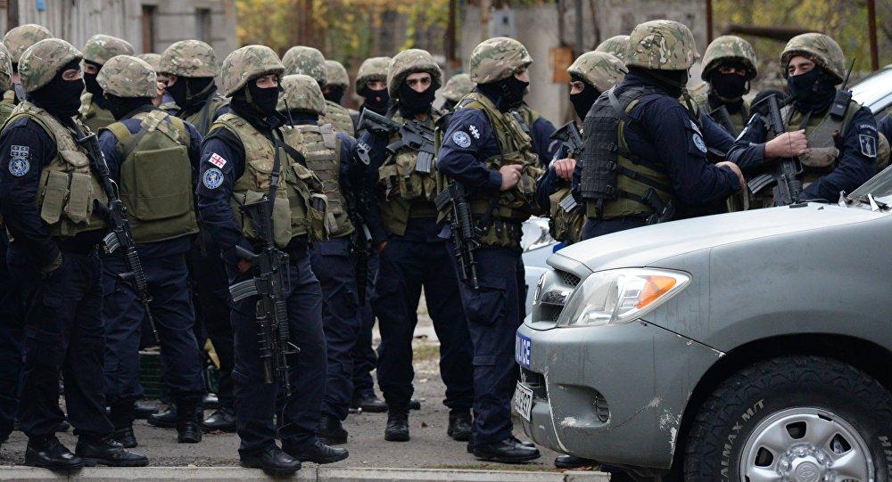 Взрывы, стрельба ипожар: вТбилиси спецназовцы атакуют сооружение