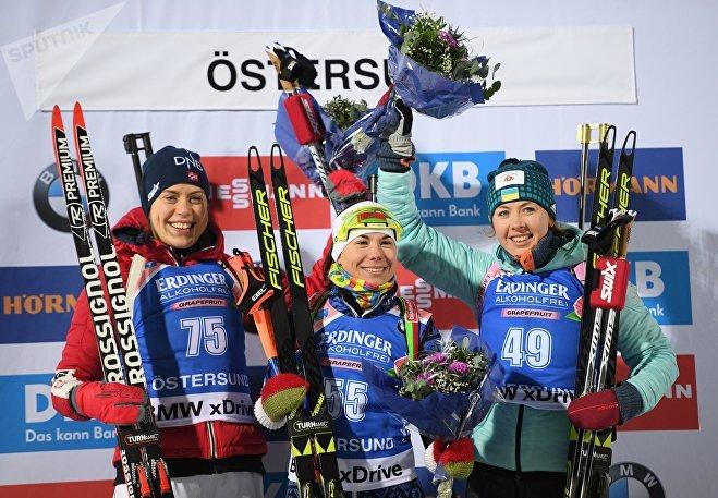 Призеры индивидуальной гонки среди женщин на первом этапе Кубка мира сезона 2017/18 (слева направо): Сюннёве Сулемдаль (Норвегия) - второе место, Надежда Скардино (Беларусь) - первое место, Юлия Джима (Украина) - третье место